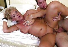 मोटी चाची रात के मध्य में टैटू पति से मिलती है और उसे एक blowjob सेक्सी मूवी एक्स एक्स एक्स के साथ प्रसन्न करती है